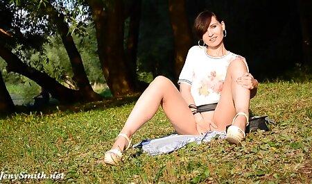 सुनहरे सेक्सी फुल मूवी वीडियो में बालों वाली सौंदर्य संभोग सुख तक पहुँचने की कोशिश कर रहा